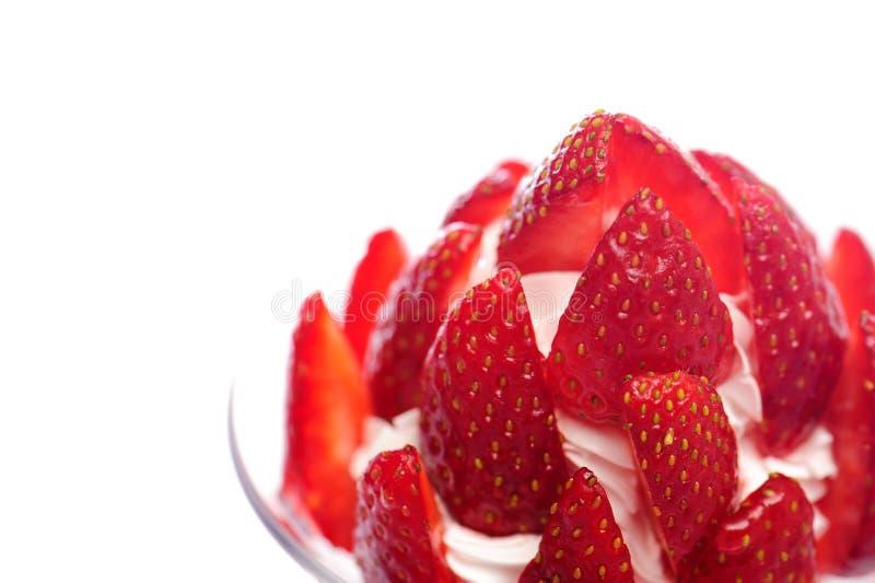 Świeży deser z truskawką i śmietanką obraz royalty free