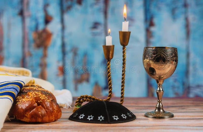 Świeży domowej roboty challah wino, świeczki dla Świętego sabata i fotografia stock