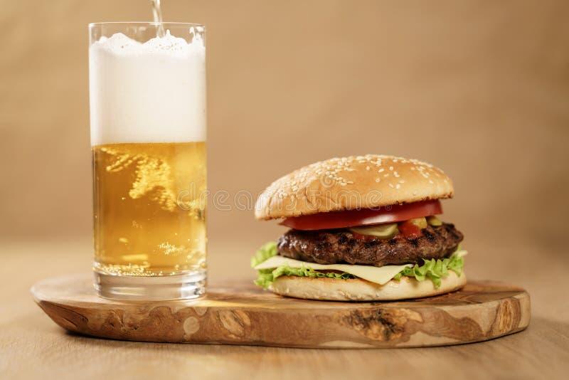 Świeży domowej roboty hamburger z piwem na oliwki desce zdjęcie stock