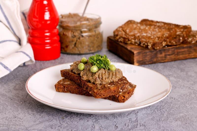 Świeży domowej roboty kurczaka wątrobowy łeb na chlebie na białym talerzu zdjęcia stock