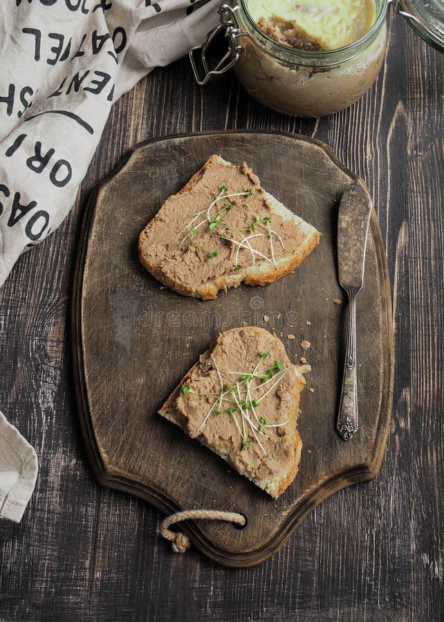 Świeży domowej roboty kurczaka wątrobowy łeb na grzance z warzywo domowej roboty chlebem obrazy royalty free