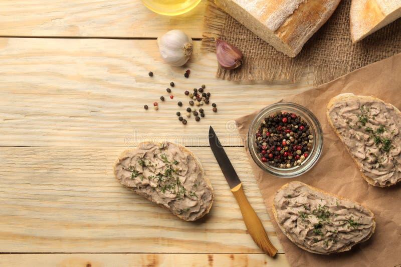 Świeży domowej roboty kurczaka wątrobowy łeb z ziele dla chleba na naturalnym drewnianym stole Kanapka Odg?rny widok zdjęcia royalty free