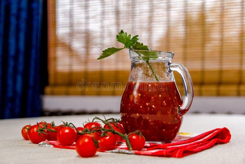 Świeży domowej roboty pomidorowy sok w szklanym słoju zdjęcia stock