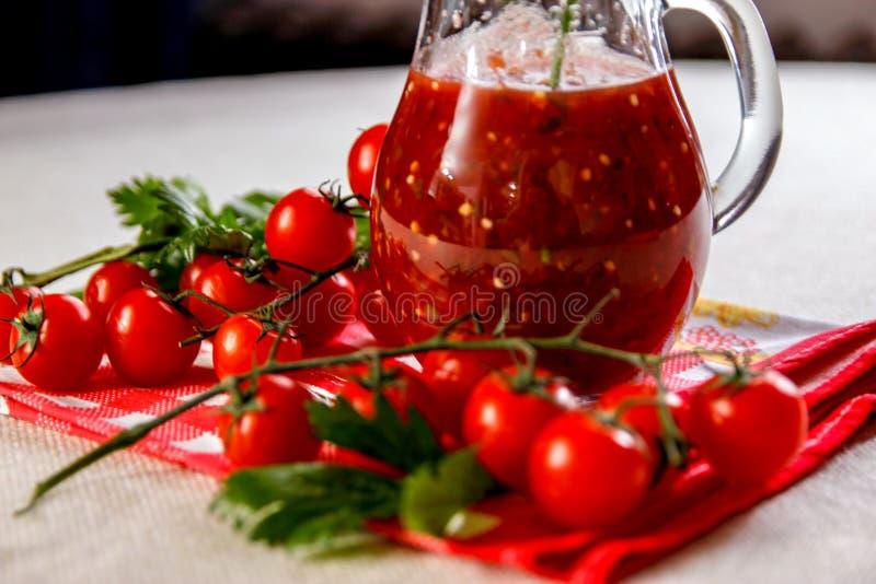 Świeży domowej roboty pomidorowy sok w szklanym słoju fotografia royalty free