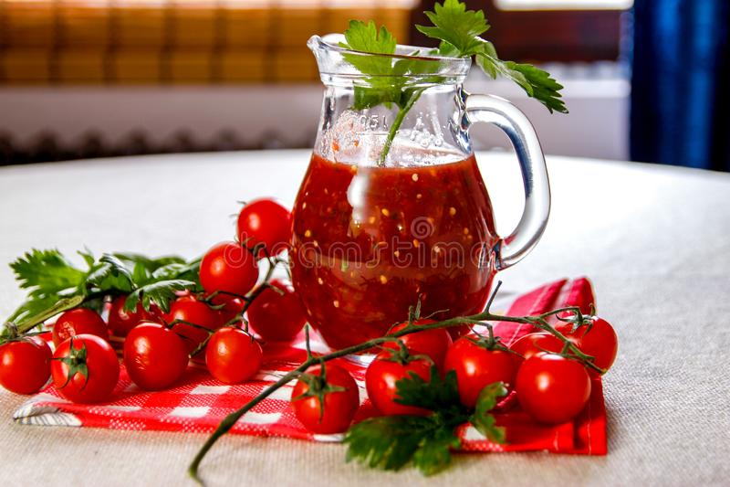 Świeży domowej roboty pomidorowy sok w szklanym słoju obrazy royalty free