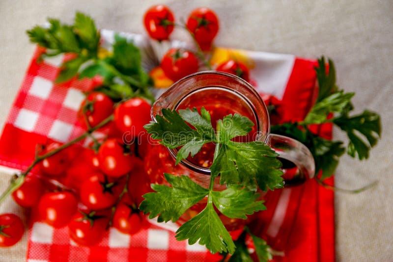 Świeży domowej roboty pomidorowy sok w szklanym słoju obraz stock