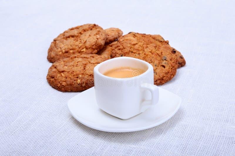 Świeży domowej roboty tort, słodka bułeczka i filiżanka z kawą espresso na parciak wyplatającym tekstury tle, Selekcyjna ostrość obraz stock