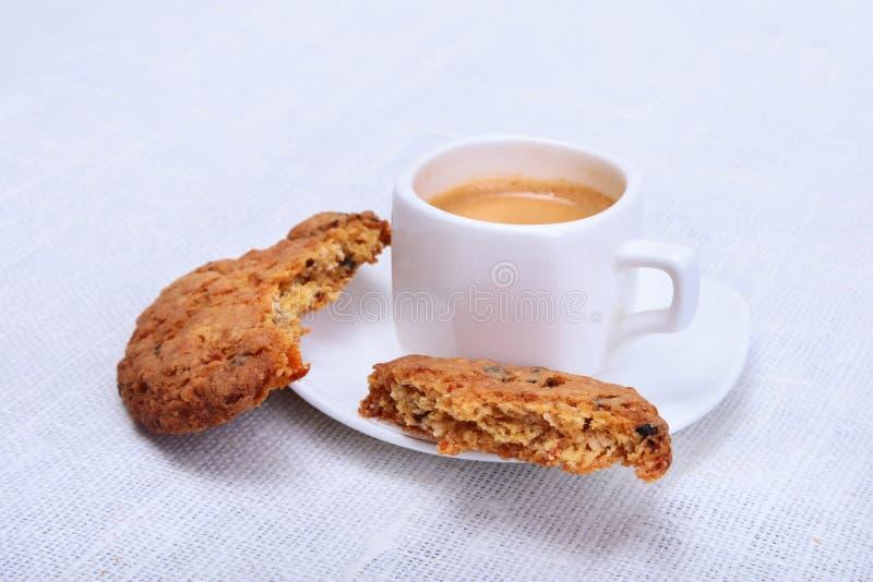 Świeży domowej roboty tort, słodka bułeczka i filiżanka z kawą espresso na parciak wyplatającym tekstury tle, Selekcyjna ostrość zdjęcie stock