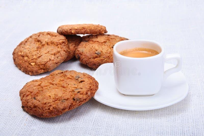 Świeży domowej roboty tort, słodka bułeczka i filiżanka z kawą espresso na parciak wyplatającym tekstury tle, Selekcyjna ostrość fotografia stock