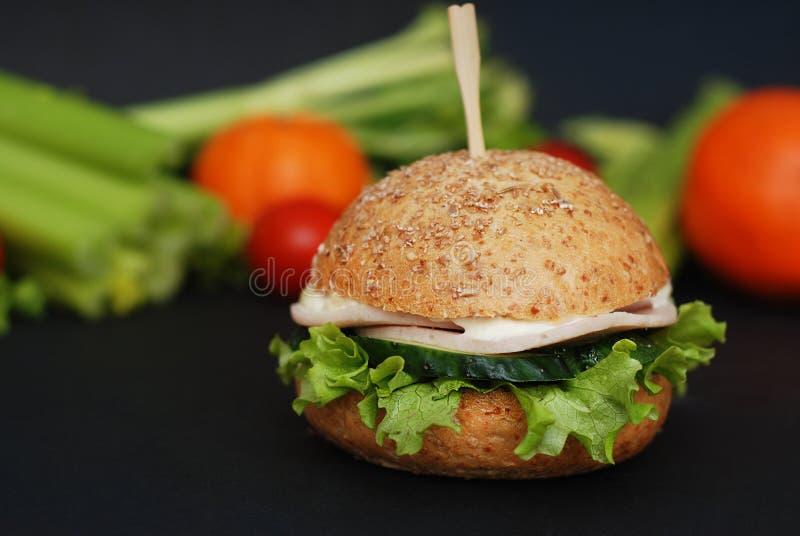 Świeży Domowej roboty Zdrowy kurczaka hamburger na stole z warzywami na tle obrazy stock