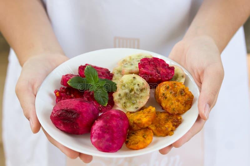 Świeży dorośleć pickly bonkrety na białym talerzu na talerzu biały tło który trzyma w rękach, obrazy royalty free