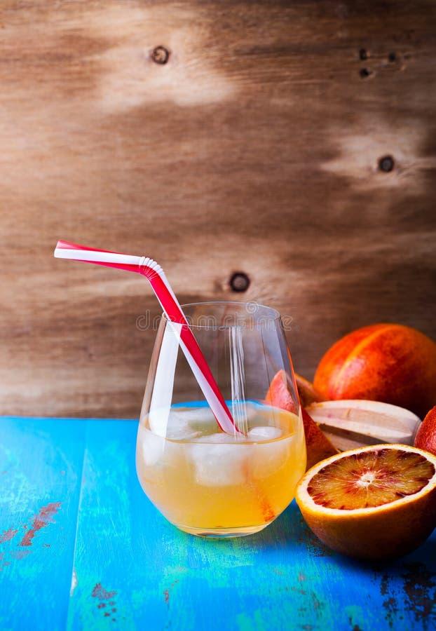 Świeży gniosący soku pomarańczowego koktajl i krwionośne pomarańcze obraz stock