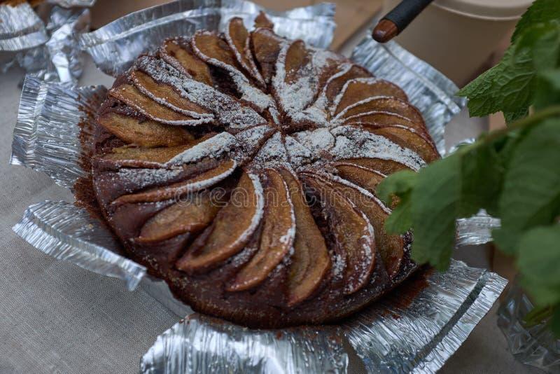 Świeży gorący domowej roboty piec Jabłczany kulebiak na folii obraz royalty free