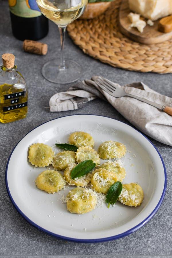 Świeży gotujący włoski pierożek z ricotta i szpinakami na szarość stole obraz royalty free