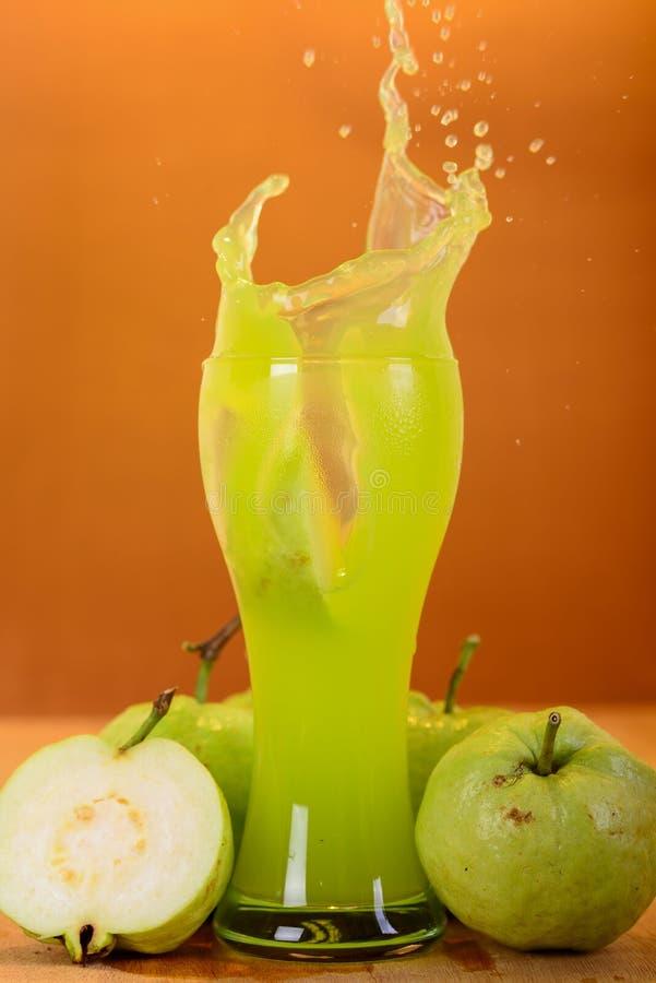 Świeży guava sok, rozłam i fotografia royalty free