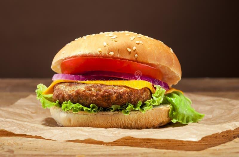 Świeży hamburger na drewnianym tle obraz royalty free