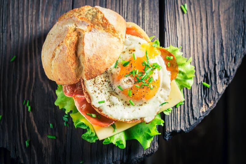 Świeży hamburger z bekonem, jajkami i serem, zdjęcia stock