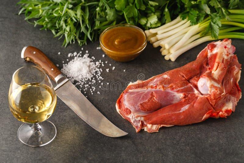 Świeży i surowy mięso Noga baranek na kamiennym tle fotografia royalty free