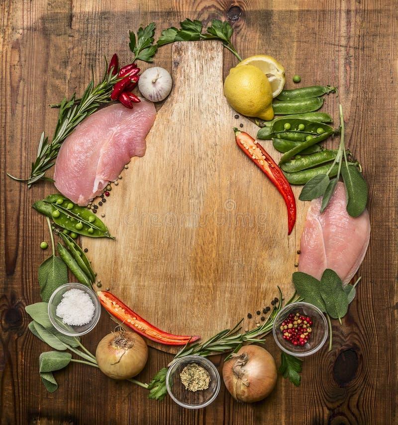Świeży indyk, warzywo, ziele, pikantność, owoc, cytryny polki czerwonego pieprzu pikantności ziele soli pieprzu czosnku cebula na fotografia royalty free