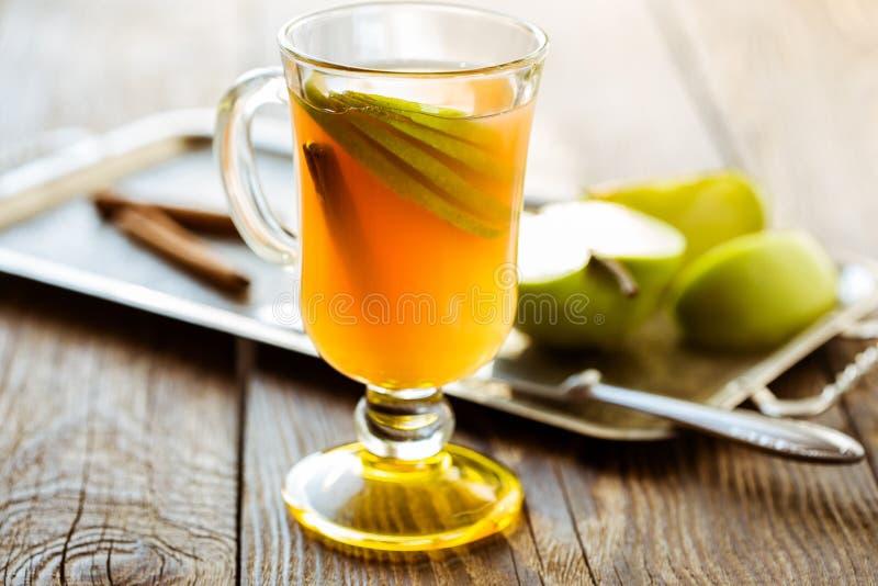 Świeży jabłczany sok z jabłko plasterkami i cynamonowym kijem zdjęcie stock