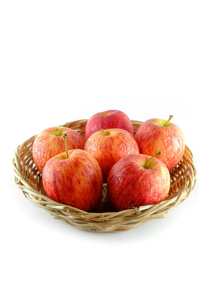 Świeży jabłko na koszu odizolowywającym na białym tle obrazy stock