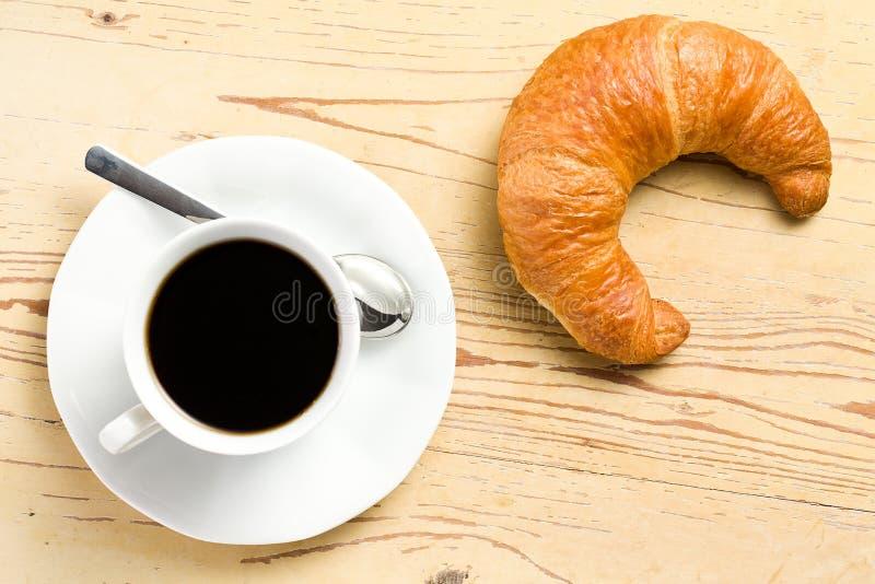 świeży kawowy croissant obraz stock