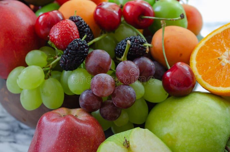 Świeży kolorowy owoc tło Zdrowy łasowanie, dieting concep zdjęcia royalty free