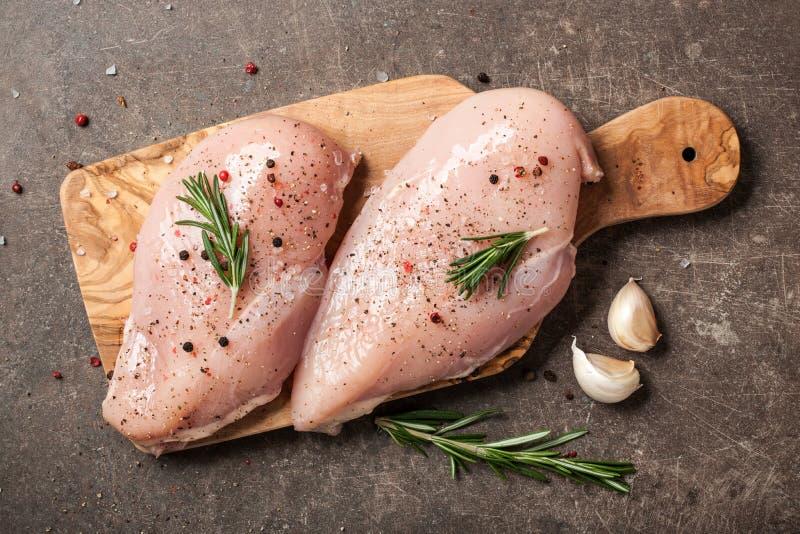 Świeży kurczak polędwicowy z pikantność na tnącej desce fotografia stock