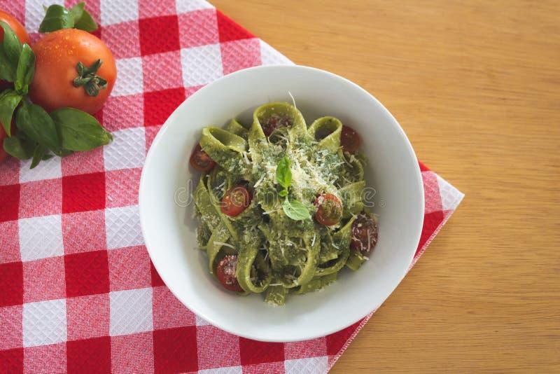 Świeży makaronu pesto z pomidorami obraz stock