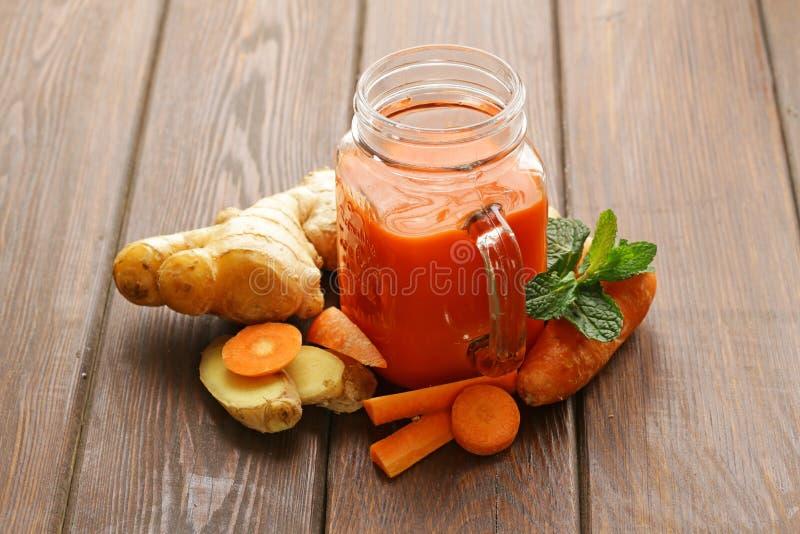 Świeży marchwiany sok w szklanym słoju (smoothies) obraz royalty free