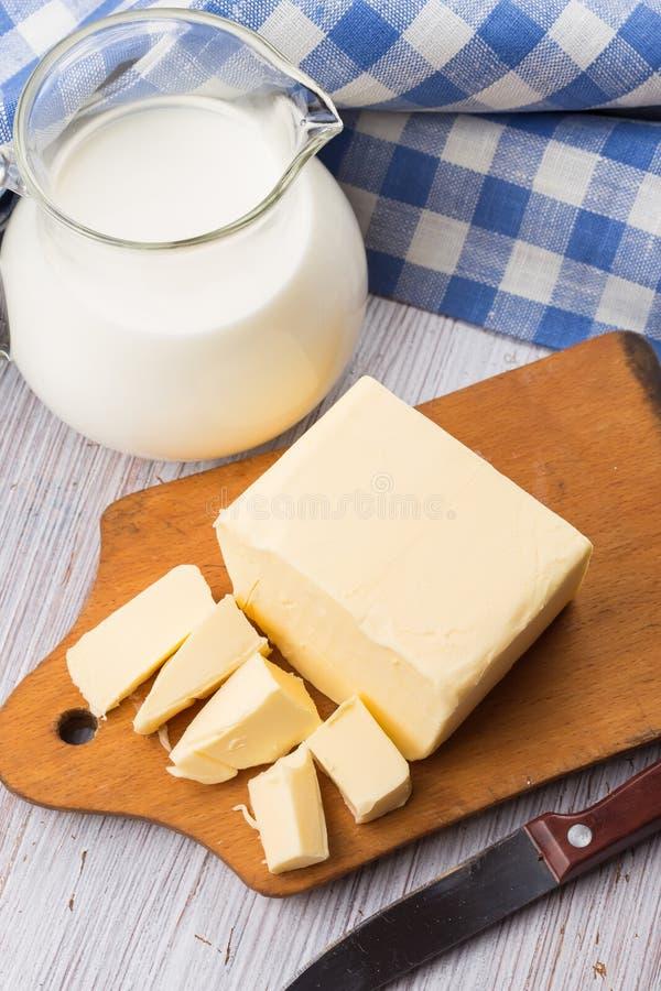 Świeży masło na drewnianej desce. obrazy stock