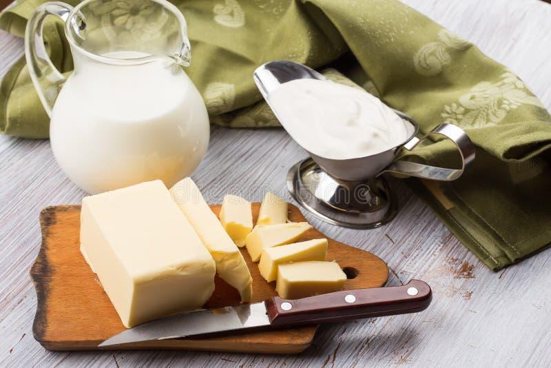 Świeży masło na drewnianej desce. zdjęcie royalty free