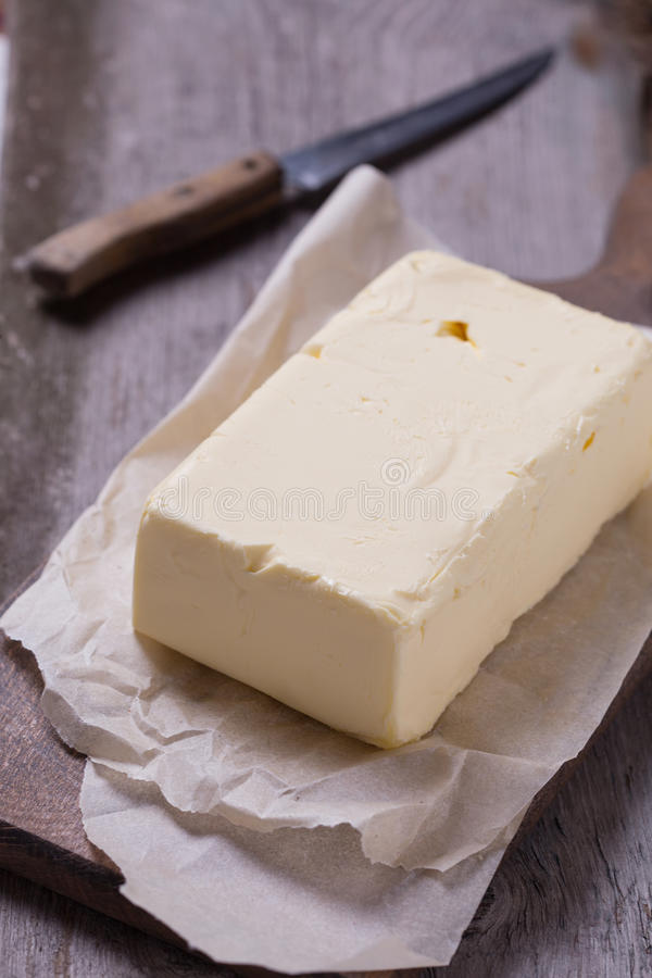 Świeży masło na drewnianej desce obraz royalty free