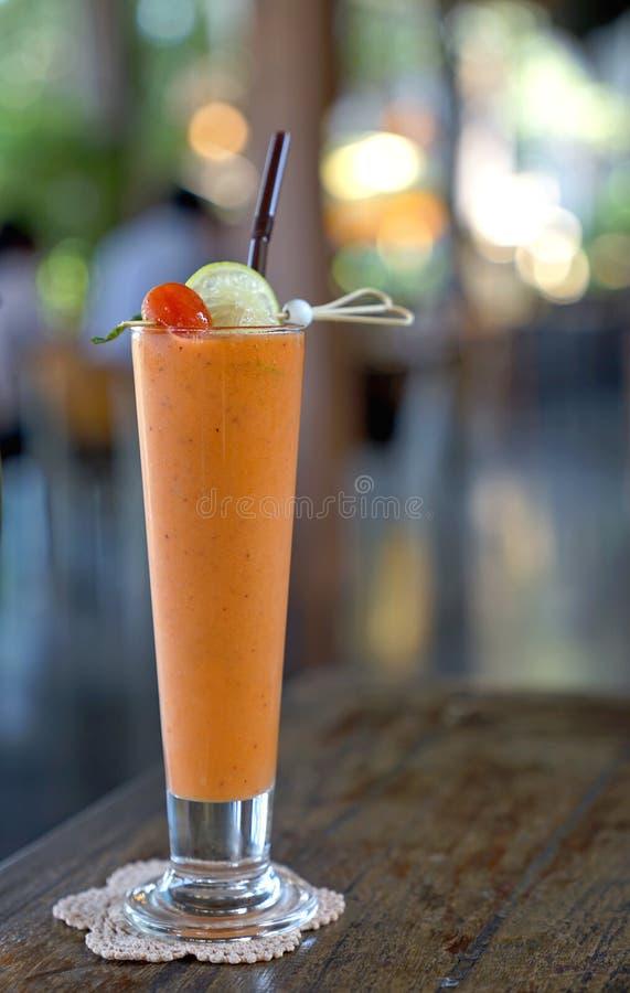 Świeży mieszany tropikalny warzywa i owoc smoothie sok dekoruje zdjęcie royalty free