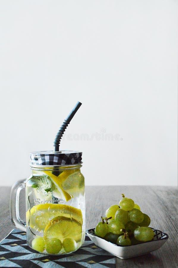 Świeży napój i winogrona fotografia stock