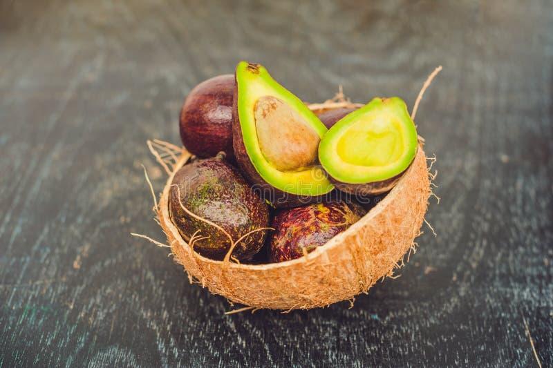 Świeży organicznie avocado na ciemnym starym drewnianym stole, boczny widok fotografia stock