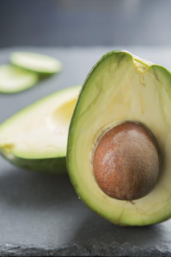 Świeży organicznie avocado na zmroku łupku talerza bocznym widoku zdjęcie stock