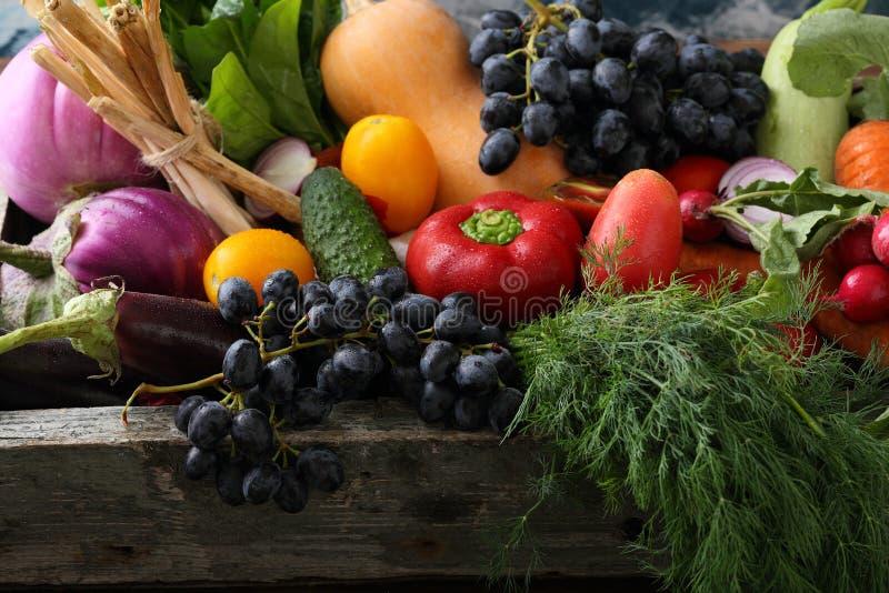 Świeży organicznie produkt spożywczy w drewnianej skrzynce obraz royalty free