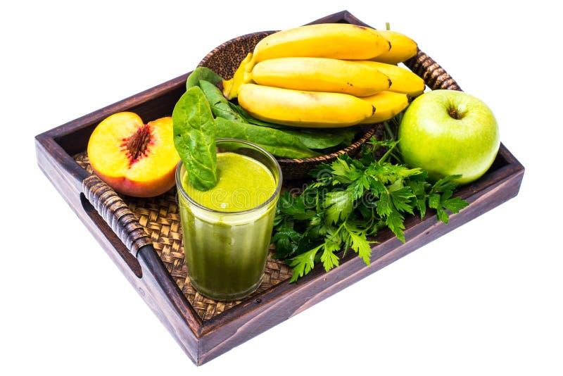 Świeży organicznie zielony koktajl robić od owoc i warzywo jako zdrowy napój na drewnianej tacy obraz stock