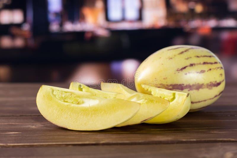 Świeży pasiasty pepino melon z restauracją zdjęcia stock