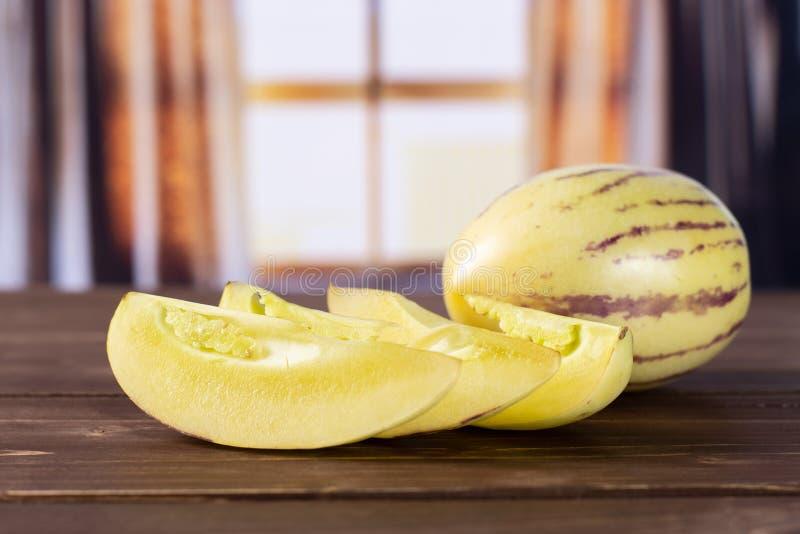Świeży pasiasty pepino melon z zasłonami zdjęcie stock