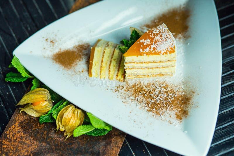 Świeży pasyjnej owoc tort z koksem i cynamonem Deser na talerzu Restauraci lub kawiarni atmosfera obraz stock