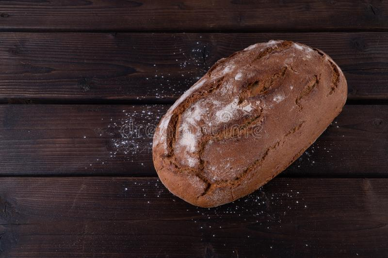 Świeży piec chleb na nieociosanym drewnianym stole obraz royalty free