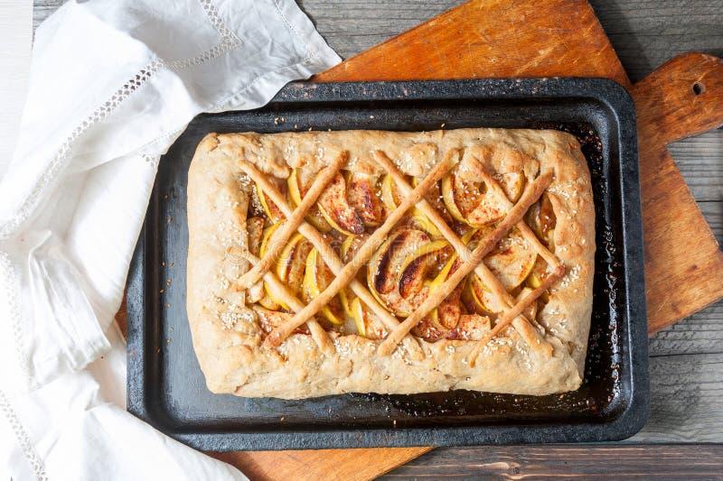 Świeży piec jabłczany kulebiak na naturalnym drewnianym tle fotografia royalty free