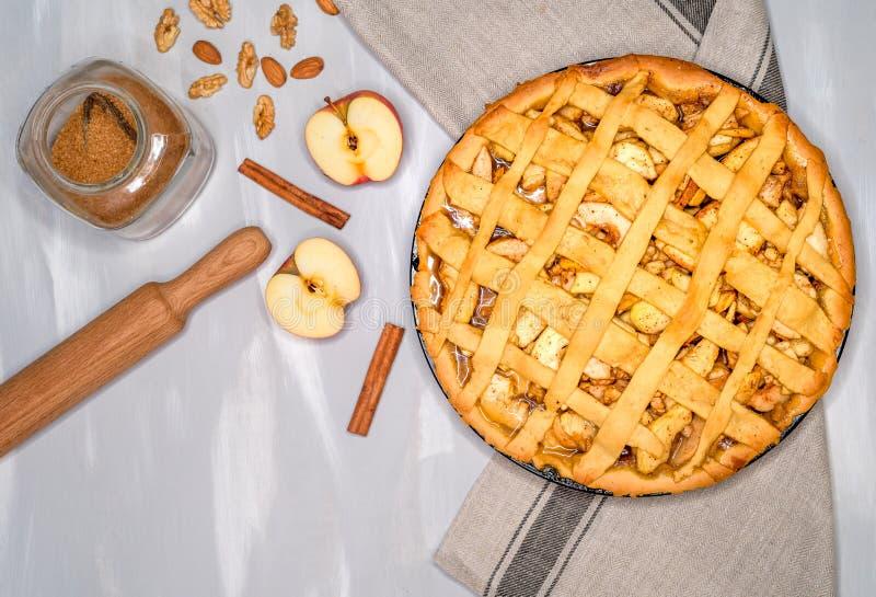 Świeży piec klasyczny Amerykański jabłczany kulebiak z dokrętkami i cynamonem na drewnianym tle Odgórny widok, wieśniaka styl fotografia royalty free