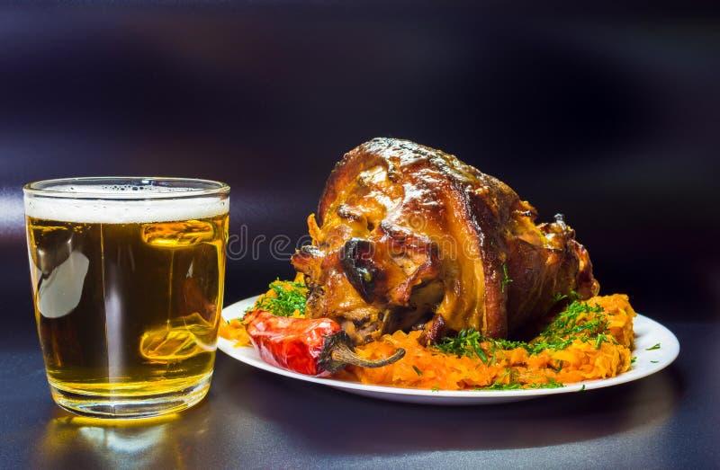 Świeży piec knykieć wieprzowina z musztardą Jedzenie na ciemnym tle fotografia stock