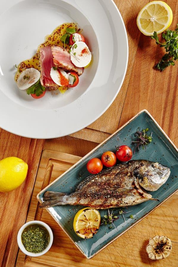 Świeży Piec na grillu Dorado i Ahi tuńczyka stek fotografia stock