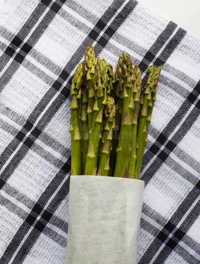 Świeży plik asparagus w papierowym opakunku obraz royalty free