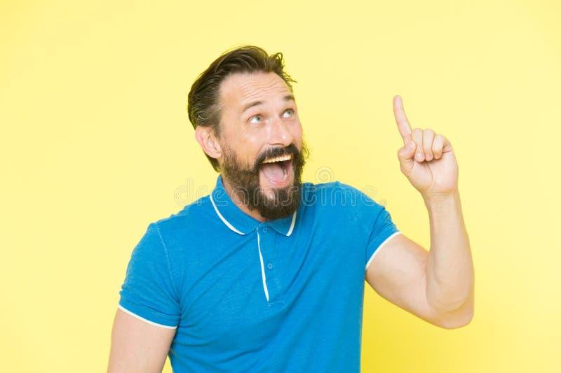 świeży pojęcie pomysł Przystojny uśmiechnięty dojrzały mężczyzna utrzymuje palec podnoszący i patrzeje upwards podczas gdy stojąc fotografia royalty free