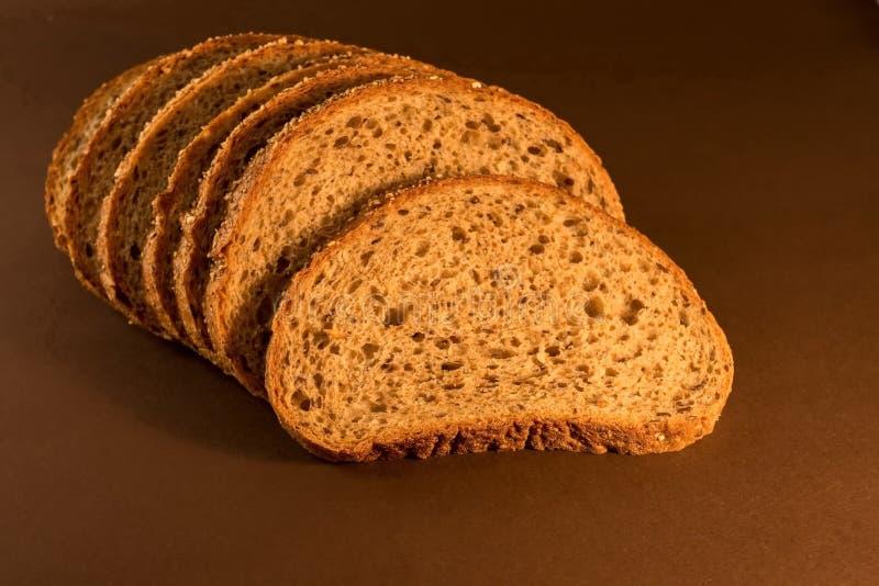 Świeży pokrojony chleb na ciemnym tle zdjęcia stock